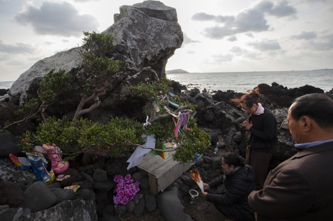 The Belief of Jeju Haenyeo Captured by Photographer Kang Kun